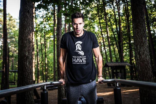 muž v lese