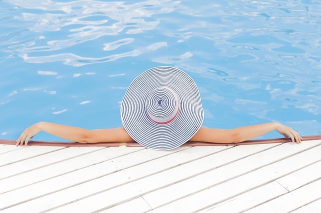s kloboukem v bazénu