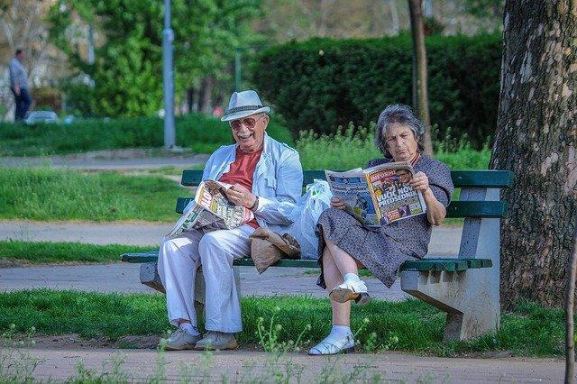 senioři na lavičce