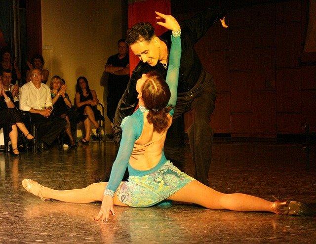 taneční pár při vystoupení