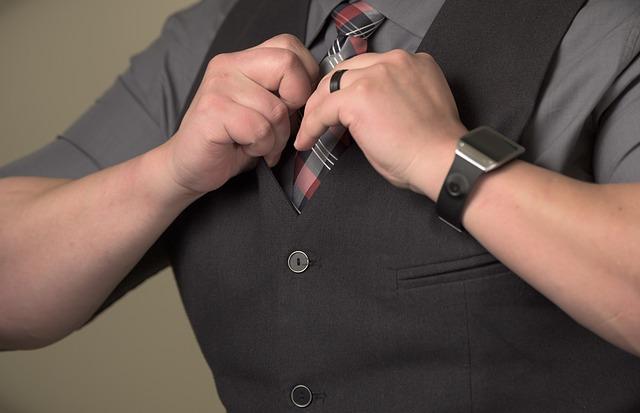 kravata pod vestou