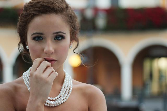 dívka s náhrdelníkem