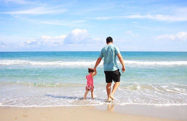 táta s dcerkou na pláži