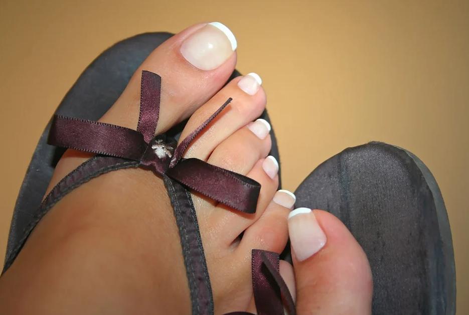 nehty na nohou